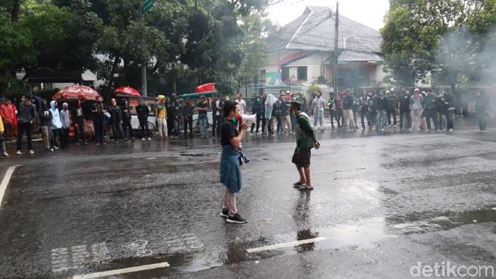 Sejumlah mahasiswa kembali gelar unjuk rasa tolak omnibus law UU Cipta Kerja di depan Gedung DPRD Jawa Barat. Aksi itu tetap berlangsung meski diguyur hujan.