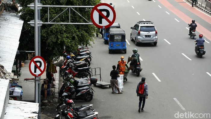 Sejumlah kendaraan tampak terparkir di badan jalan kawasan Pasar Senen, Jakarta. Seperti apa potretnya?