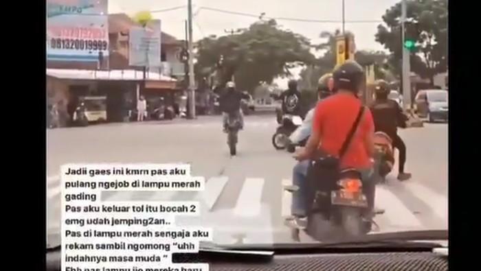 Emak-emak terobos lampu merah dan tabrak bikers yang sedang wheelie