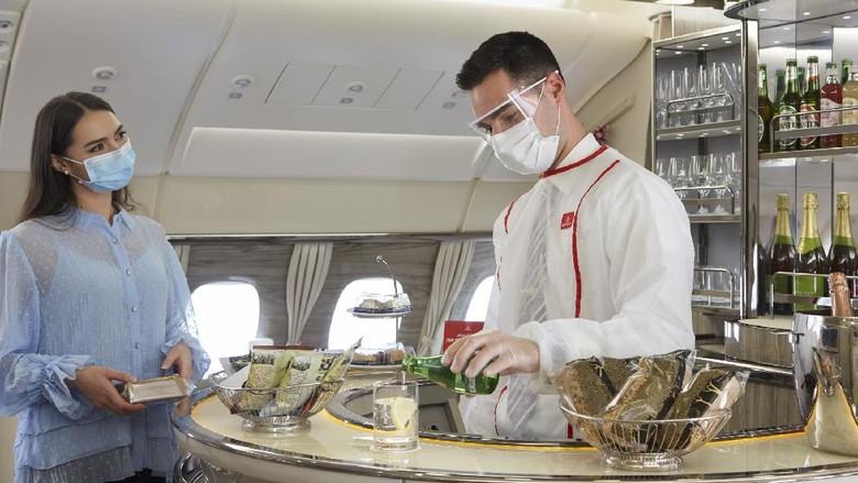 Maskapai Emirates kembali membuka layanan bar mewah untuk penumpang kelas bisnis dan kelas satu. Pembukaan disertai dengan protokol kesehatan.