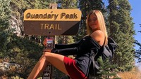 Viral, Wanita Cantik Naik Gunung Pakai High Heels & Baju Seksi