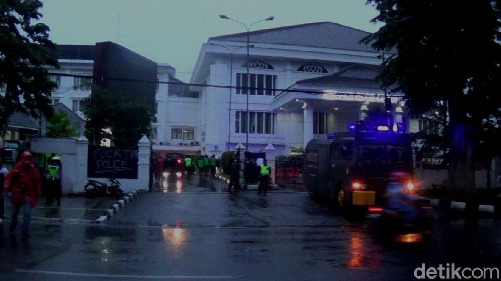 Polisi Pukul Mundur Demonstran, Gedung DPRD Jabar Kembali Kondusif