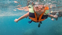 Gempi yang Seru-seruan Snorkeling di Pulau Macan