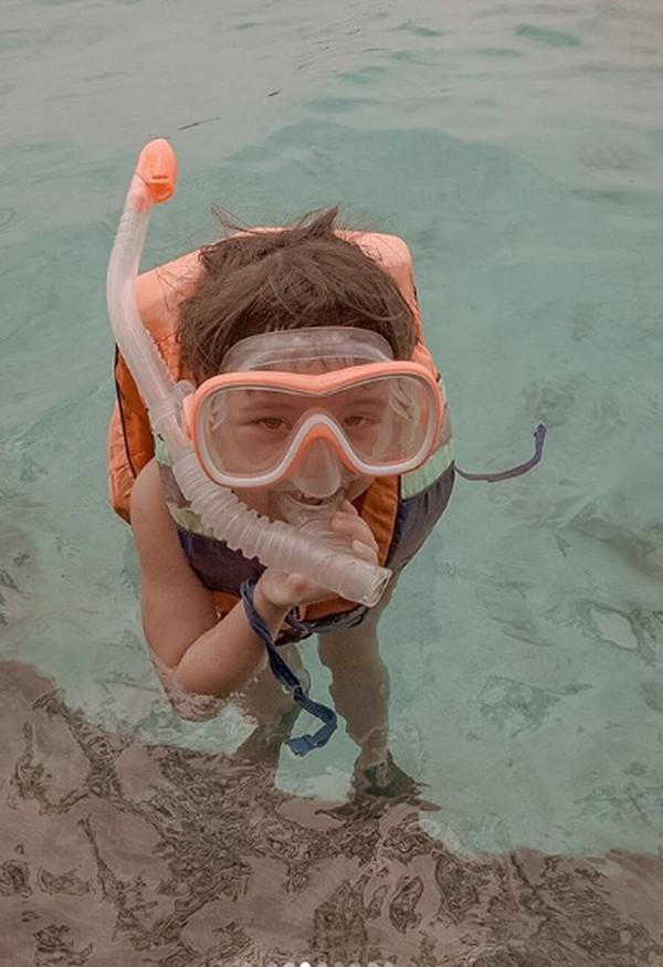 Dalam captionnya, Gisel menuliskan bahwa Gempi senang snorkling karena bertemu ikan-ikan.