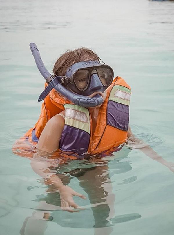 Lihat nih gayanya mengapung di laut.