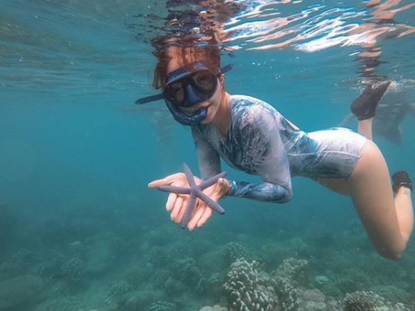 Saat Gisel snorkling dan menemukan bintang laut.