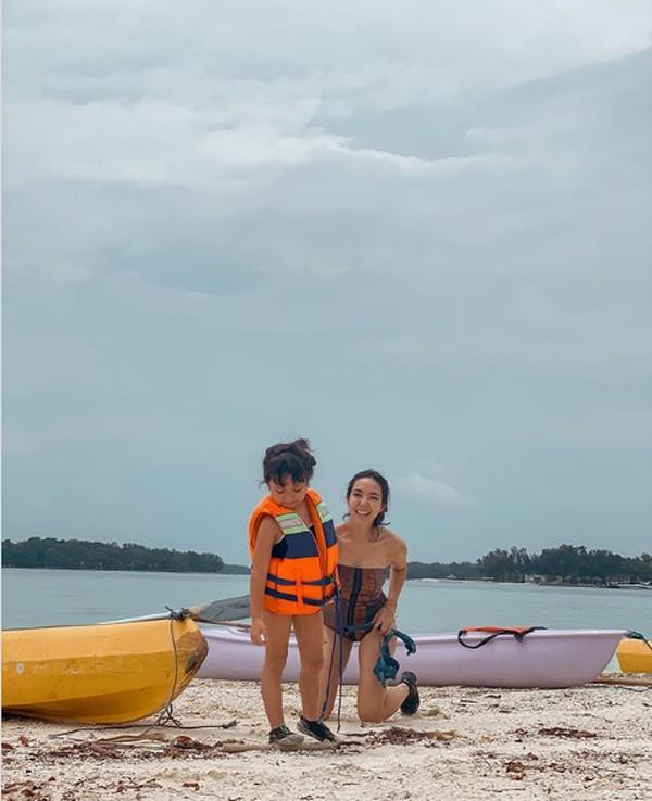 Dalam Instagramnya, Gisella Anastasia membagikan momen liburannya di Pulau Macan, Kepulauan Seribu.