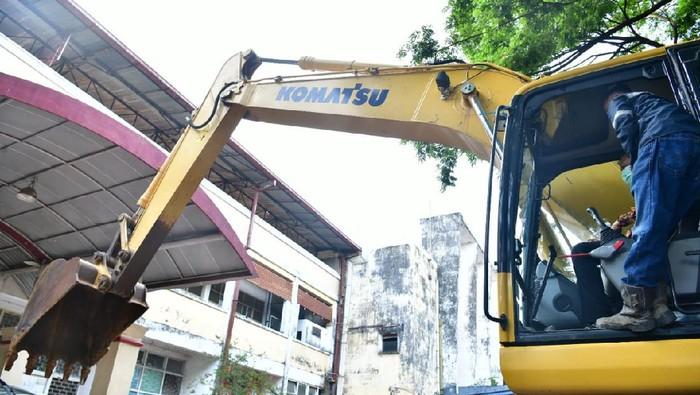 Gubernur Sulsel Nurdin Abdullah memulai secara simbolis pembongkaran Stadion Mattoanging (dok. Istimewa).