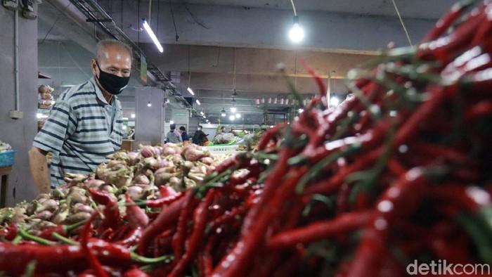 Harga cabai merah meroket di sejumlah pasar tradisional di Kota Bandung. Hal tersebut terjadi karena perubahan musim.