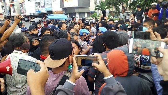 Keributan di lokasi demo tolak omnibus law di Medan (Datuk Haris-detikcom)