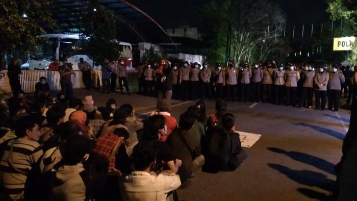 Massa demo tolak omnibus law di Medan datangi kantor polisi (Datuk-detikcom)