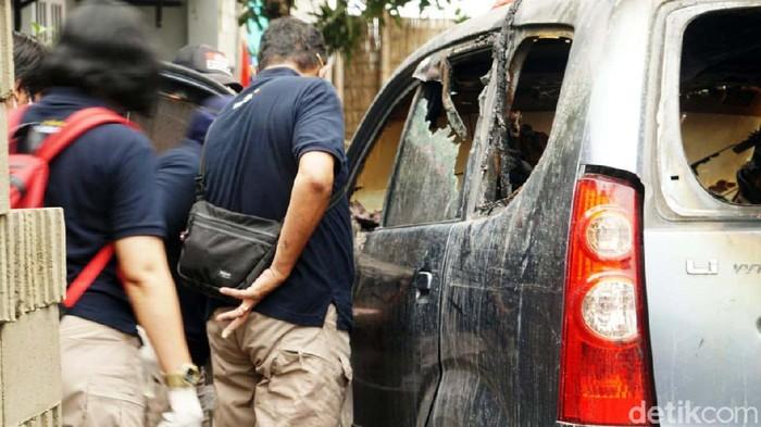 Sesosok mayat wanita ditemukan terbakar di dalam mobil di Kabupaten Sukoharjo, Jawa Tengah malam tadi. Polisi masih menyelidiki kasus ini.