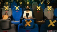 Pengunjung bioskop mengaku merasa tenang dengan pengaturan jarak kursi di dalam bioskop.
