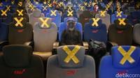 Bioskop tersebut tentu memangkas jumlah penontonnya sehingga menjaga jarak aman.