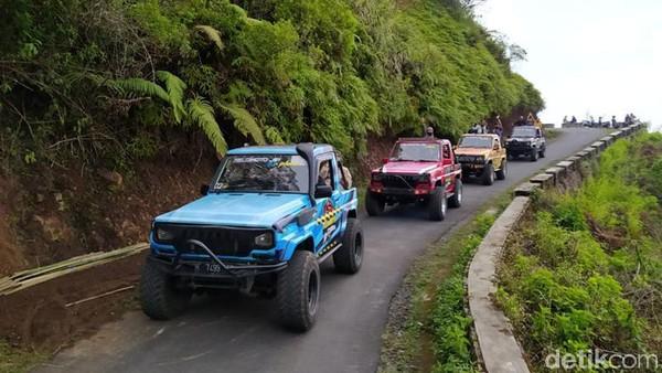 Pengunjung yang ingin naik Gunung Telomoyo maupun menikmati keindahan pemandangan dengan naik jeep bisa melakukan reservasi dari Dalangan, Kecamatan Ngablak, Kabupaten Magelang. Di sini tersedia 10 armada jip yang tergabung dalam Telomoyo Jip Explore.