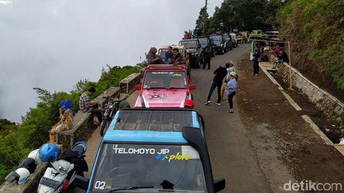 Menuju ke puncak Gunung Telomoyo tak hanya dapat ditempuh dengan naik sepeda motor. Wisatawan juga dapat menggunakan mobil jip untuk sampai atas.