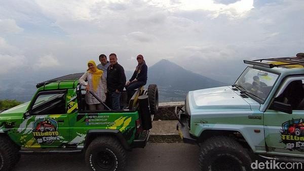 Menuju puncak Gunung Telomoyo yang berada di wilayah Kabupaten Magelang dan Kabupaten Semarang, Jawa Tengah, bisa naik sepeda motor. tapi ada pilihan untuk menggunakan mobil jip sampai atas.