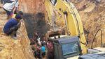 Momen Evakuasi Korban Longsor di Tambang Batu Bara Muara Enim Sumsel