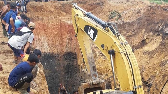 Tanah longsor terjadi di area penambangan batu bara tradisional Muara Enim, Sumatera Selatan. Akibatnya ada 11 penambang tanpa izin tewas tertimbun di lokasi.