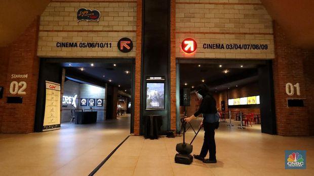 Petugas menyemprotkan cairan disinfektan di bangku bioskop yang akan dibuka hari ini di CGV Grand Indonesia Mall, Rabu (21/10/2020). Pemerintah Provinsi DKI Jakarta telah mengeluarkan surat keputusan untuk operasi bioskop-bioskop di Jakarta. Beberapa bioskop akan mulai memutar film hari ini.Pantauan CNBC Indonesia pada jam 12.00 belum ada penonton yang datang, kemudian pihak pengelola mengatur ulang jadwal agar jam 15.00 sudah bisa memulai pemutaran film. Terlihat hanya beberapa warga saja yang mulai memesan tiket di tiket box. (CNBC Indonesia/ Tri Susilo)