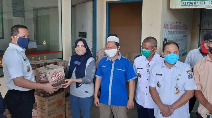 Pemkot Jakut berikan bantuan ke warga korban angin puting beliung di Koja.
