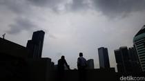 Penampakan Awan Gelap Selimuti Langit Jakarta