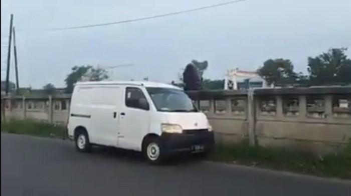 Pengendara mobil yang membuang sampah di Kalimalang, Bekasi (tangkapan layar)