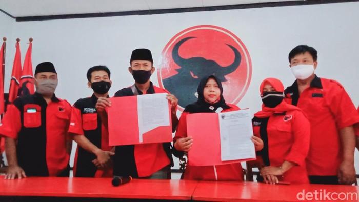 Pengurus DPC PDIP Klaten menunjukkan surat pemecatan Harjanta, Rabu (21/10/2020).