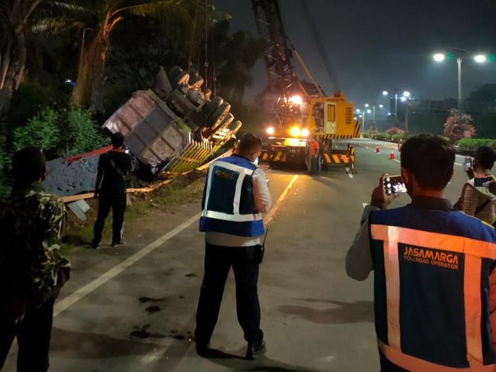 Petugas Evakuasi Truk yang Terguling di Tol Sedyatmo