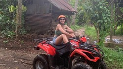 Potret Seru Pevita Pearce Liburan di Bali