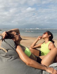Tak lengkap ke Bali bila tak ke pantai kan, Pevita?