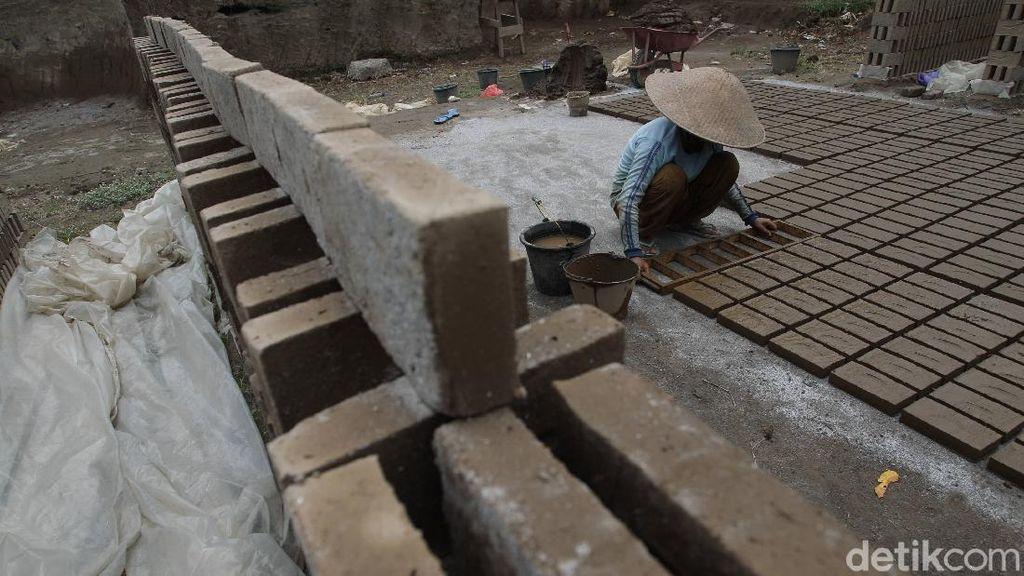 Foto Geliat Produksi Batu Bata di Yogyakarta