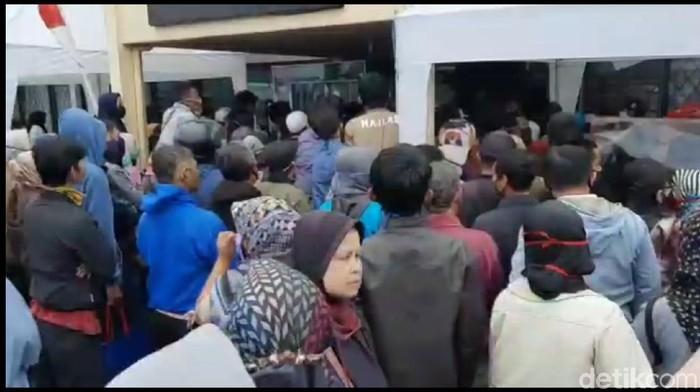 Ribuan warga Tasik antre untuk bantuan Rp 2,4 juta