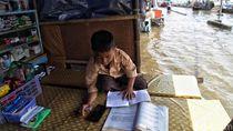 Semangat Siswa SD Belajar Daring di Tengah Banjir Rob