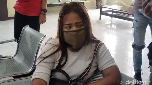 Sopir taksi online jadi korban pengeroyokan di Polrestabes Palembang ke rumah sakit. (Raja Adil/detikcom)