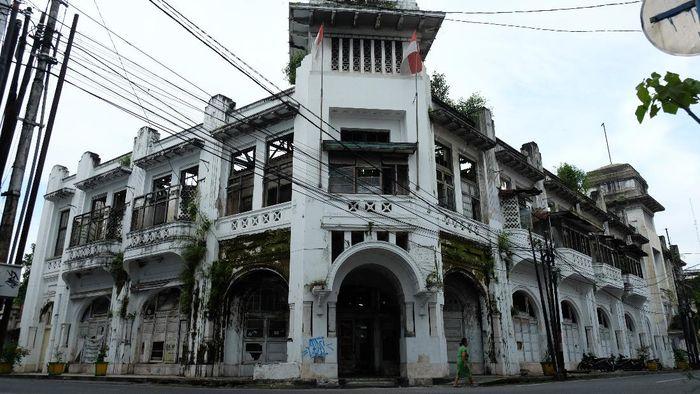 Gedung Warenhuis diketahui merupakan supermarket pertama di Medan. Kini bangunan bersejarah itu tampak terbengkalai dan menanti untuk direvitalisasi.
