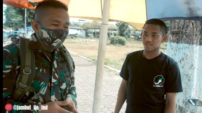 Tentara Ini Borong  Habis Telur Gulung Jualan Anak Sekolah