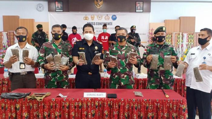 TNI menggagalkan penyelundupan 14 paket ganja dari Papua Nugini menuju Papua. (Dok. Penkostrad).