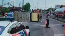 Truk Muatan Kertas Terguling di Jalan Yogya-Solo
