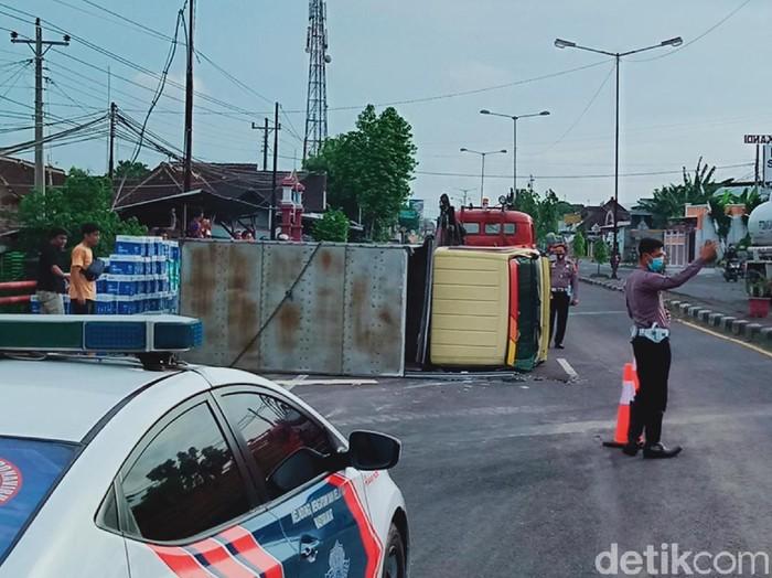 Truk box bermuatan kertas terguling di Jalan Yogya-Solo, Klaten, Rabu (21/10/2020).