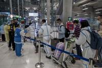 Para turis China pun datang dengan APD lengkap. (AP/Wason Wanichakorn)