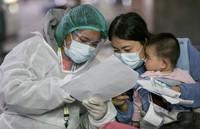 Para orang tua diminta bekerja sama dengan petugas kesehatan, karena bayi rentan kena Corona. (AP/Wason Wanichakorn)