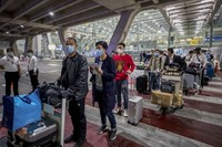 Thailand menyambut turis pertama dengan visa khusus di Bandara Svarnabhumi. (AP/Wason Wanichakorn
