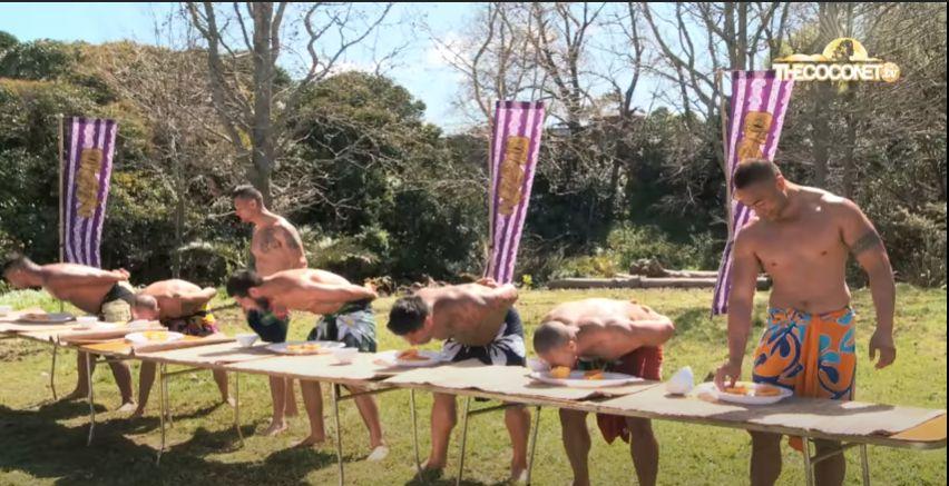 Video Pria-pria Telanjang Dada Saat Makan Pepaya Ini Viral