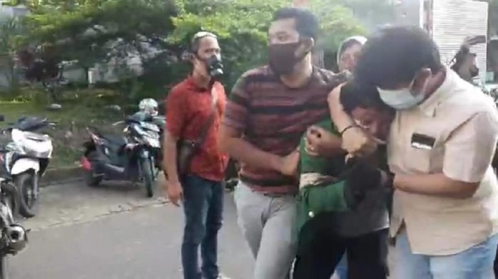 Video viral polisi amankan pendemo rusuh di Jambi (Screenshot video viral)