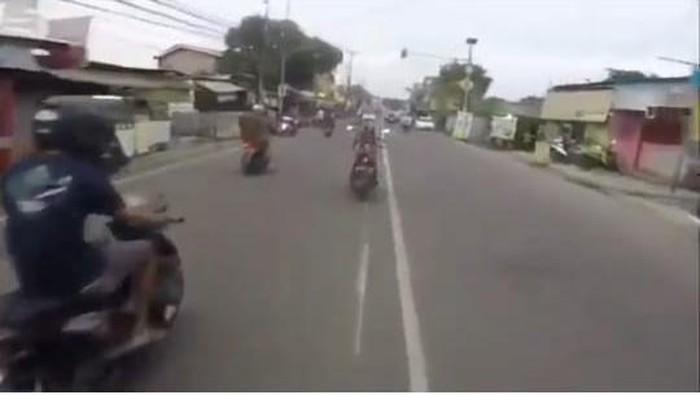 Viral pria bawa motor bak superman terbang di Tangsel