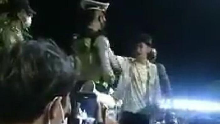 Viral video seorang pemuda marah saat ditegur polisi karena tak pakai masker.
