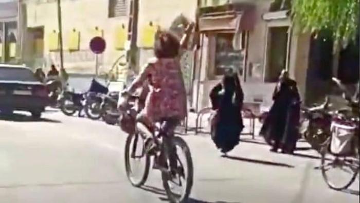 Wanita di Iran tanpa hijab bersepeda di tangkap (tangkapan layar video)