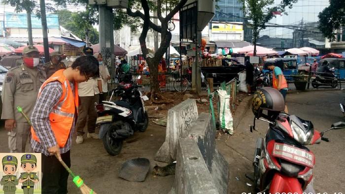 Warga melanggar protokol kesehatan COVID-19 di Pasar Kebayoran Lama diberi sanksi sosial.