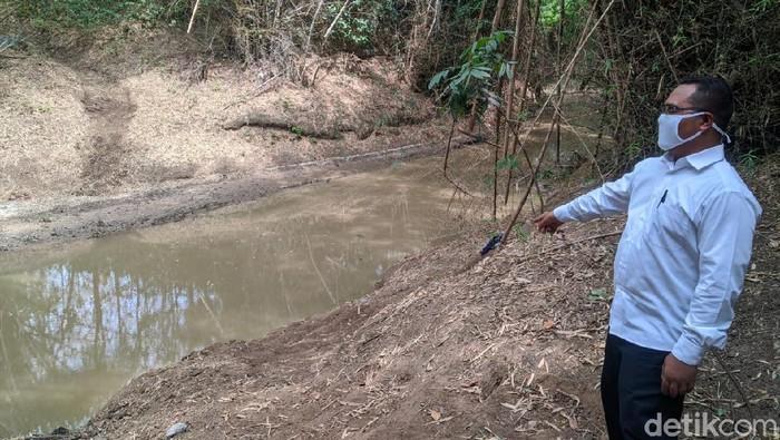 Video warga Ponorogo gotong jenazah menyeberangi sungai viral di media sosial. Mereka memilih menyeberangi Sungai Semblumbung, ketimbang harus berputar lebih jauh.